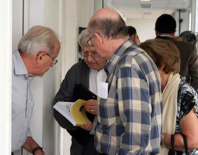 Visitors are given a copy of the 'Estudos Avançados' Journal, issue 70.