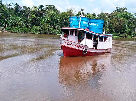 Barco com cisternas na Amazônia