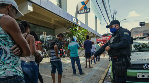 Fila para receber auxílio emergencial em Caruaru