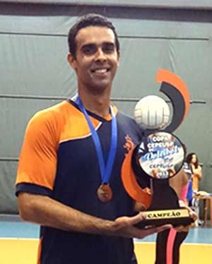 Marcelo Rodrigues dos Santos com troféu de campeão
