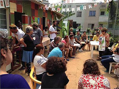 Regina Silveira com moradores da Zona Leste de São Paulo
