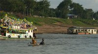 Rio com barcos