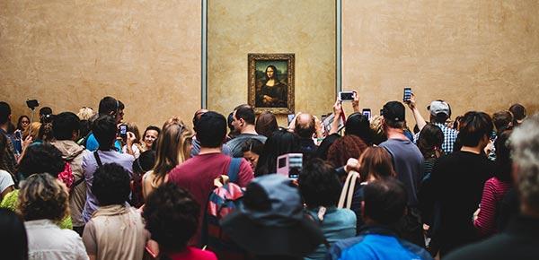 """Sala de exposição da """"Mona Lisa"""" no Museu do Louvre"""