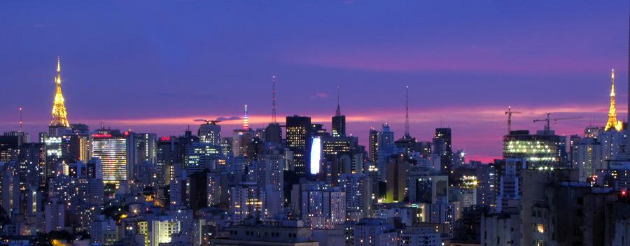Skyline com antenas de televisão