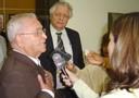 Dom Paulo Evaristo Arns concede entrevista aos reporteres na entrada do evento