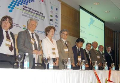 Participantes na mesa de abertura do evento