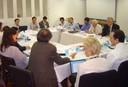 Dilip Ahuja expõe suas idéias aos demais participantes