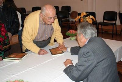 Alfredo Bosi autografa livro para José Mindlin