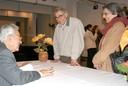 Alfredo Bosi autografa livro para Ernest e Amélia Hamburguer