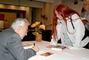 Alfredo Bosi autografa livro para Marlui Miranda