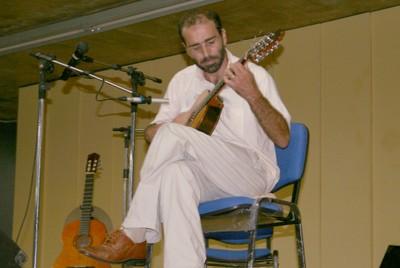 Ivan Vilela durante sua apresentação musical