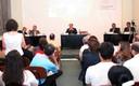Público participa de debate