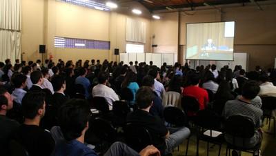 Público assiste ao evento através de telão em outra sala