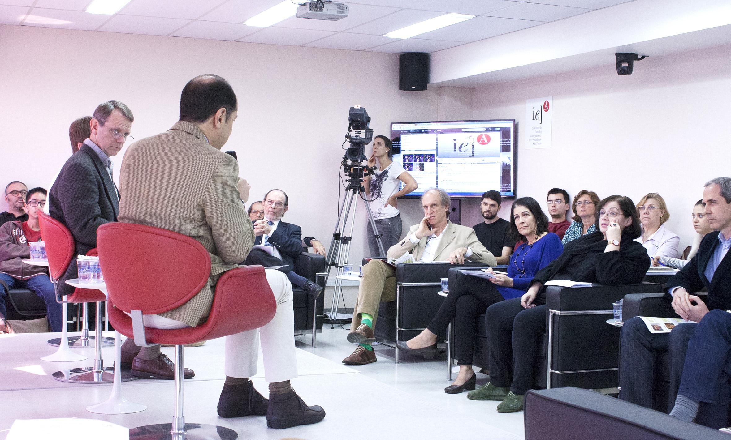 Eugenio Bucci responde as questões dos entrevistadores