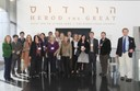 Membros do comitê em frente ao prédio do IEA Israel