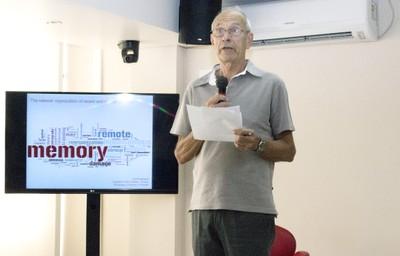 Jerry Hogan faz a apresentação do expositor Paul Frankland