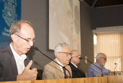 Martin Grossmann abre a cerimônia de homenagem aos honorários