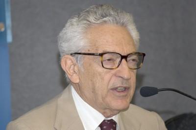 Alfredo Bosi homenageando aos docentes honorários