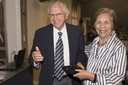 Yvonne Primerano Mascarenhas entrega placa comemorativa a Eduardo Moacyr Krieger