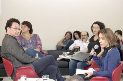 Exposição de Tania Rivera ladeada por Márcio Seligmann, Rossana Reis e Janaina Teles.