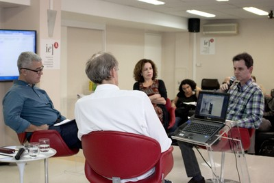 José Rufino expõe rodeado por Martin Grossmann, Leila Danziger e Moacir dos Anjos.