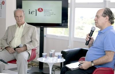 Renato Janine Ribeiro abre o evento e apresenta Luiz Bevilacqua