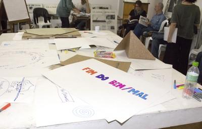 Detalhe da mesa de trabalho do workshop