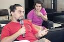 Participante do público faz perguntas aos expositores durante o debate