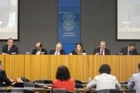 Abertura do debate O Futuro da Universidade, a partir da esquerda, John Heath,  Naomar de Almeida Filho, Marco Antonio Zago, Sabine Righetti, Carlos Vogt e Klaus Capelle