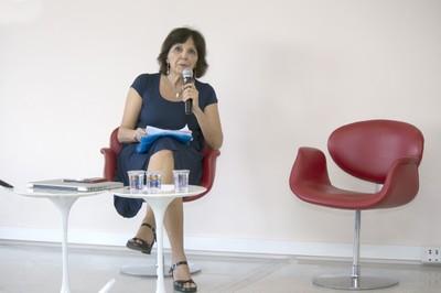 Estela Neves inicia sua apresentação