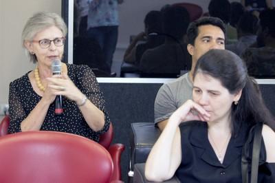 Neli Aparecida de Mello-Théry faz perguntas a expositora durante o debate