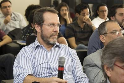 Zeki Naal fala durante o debate