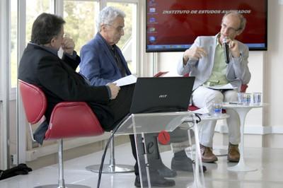 A partir da esquerda, Gerardo Caetano, José Teixeira Coelho e Martin Grossmann