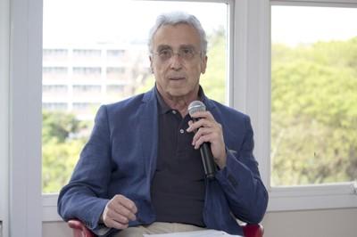 José Teixeira Coelho Netto apresenta Gerardo Caetano