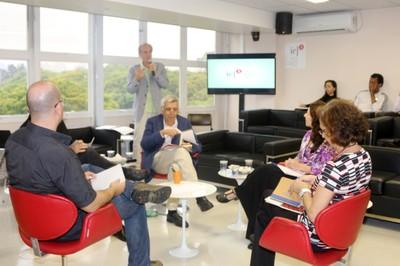 Martin Grossmann apresenta os expositores, Álvaro de Campos, Larissa Leite, Sylvia Dantas, João Alberto Alves Amorim e Geraldo de Campos