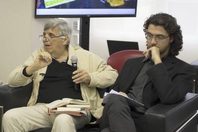 Álvaro Vasconcelos inicia sua apresentação ao lado, Geraldo de Campos