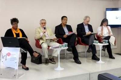 A partir da esquerda, Traciel Reid, José Álvaro Moisés, Emmanuel Silva Nunes Oliveira Junior, Carlos Hunneeus e Gabriela O'Donnell - (03/12/2015)
