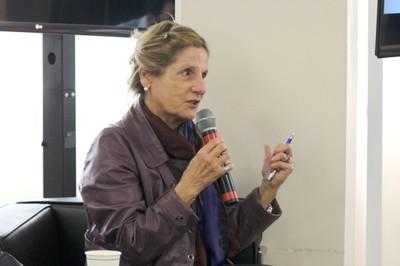 Maria Tereza Sadek faz perguntas aos expositores - (04/12/2105)