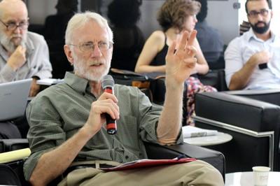 Robert Moog faz perguntas durante o debate - (04/12/2015)