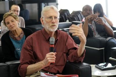 Roberto Moog faz perguntas aos expositores durante o debate - (03/12/2105)