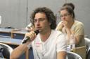 Augusto Veloso Leão faz perguntas durante o debate