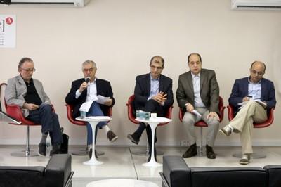 José Álvaro Moisés abre o evento e apresenta o expositor, Ricardo Gandour