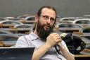 Alessandro Soares da SIlva faz perguntas aos expositores durante o debate