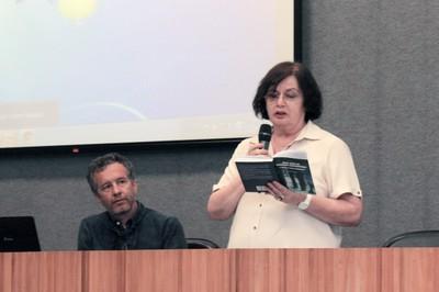 Eda Tassara abre o evento e explica a dinâmica das apresentações