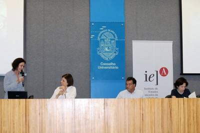 Sandra Maria Patrício Ribeiro apresenta os expositores, Alessandra Criconia, Paulo Sérgio Barreto e Adriana Verríssimo Serrão