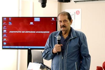 Mahir Saleh Hussein abre o evento e xplica a dinâmica das apresentações