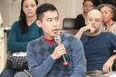 Participante do público faz perguntas durante ao debate