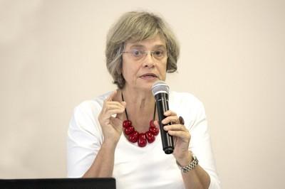 Vera Soares abre o evento e apresenta as expositoras