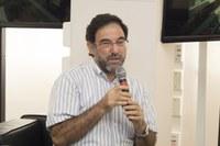 Carlos Armênio Khatounian faz perguntas ao expositor durante o debate