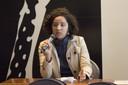 Kena Chaves faz perguntas aos expositores